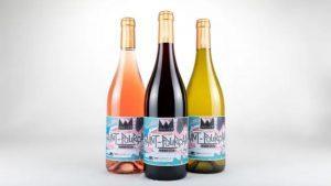 Les bouteilles de la cuvée du printemps avec les étiquettes illustrées.