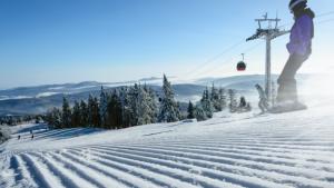 personne skie dans une station de ski