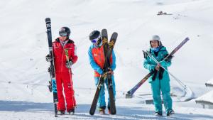 Les moniteurs de ski dans la vidéo