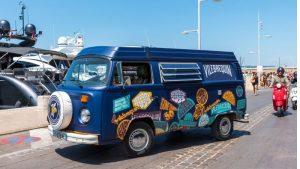 Le combi aux couleurs de la marque Vilebrequin dans les rues de Saint-Tropez.
